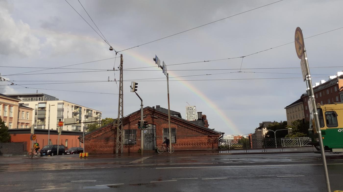 Sateenkaari Helsingin katujen yllä
