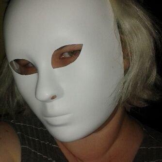Nainen valkoinen kokonaamio kasvoillaan