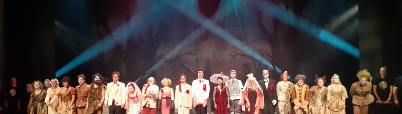 Näyttelijöitä kumartamassa the Addams Family -musikaalin loppukiitoksissa.